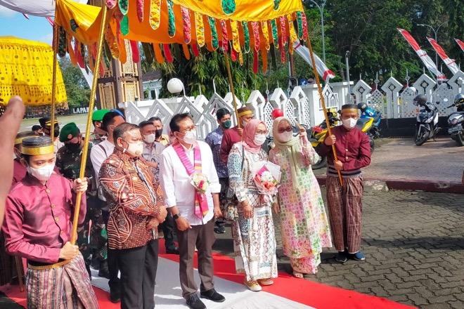Berkunjung ke Bone, Jubir Presiden Jokowi Disambut Secara Adat