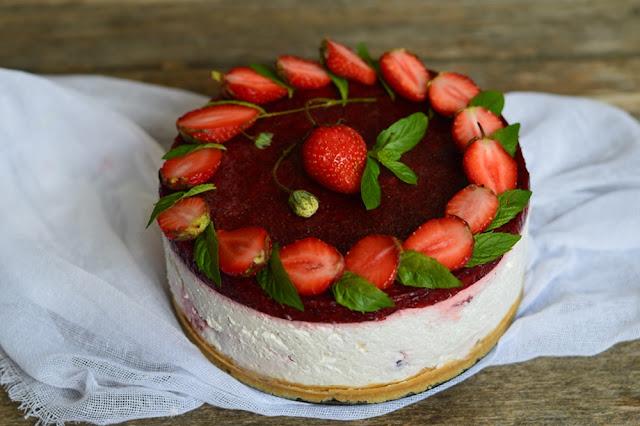 https://www.caietulcuretete.com/2018/06/cheesecake-cu-capsuni-fara-coacere.html