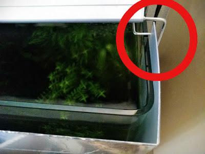 遮光する板をライトリフトに挟み込んで固定
