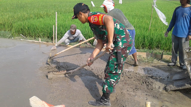 Jalan Pertanian Desa Bakungan Di Beton Warga dan Babinsa
