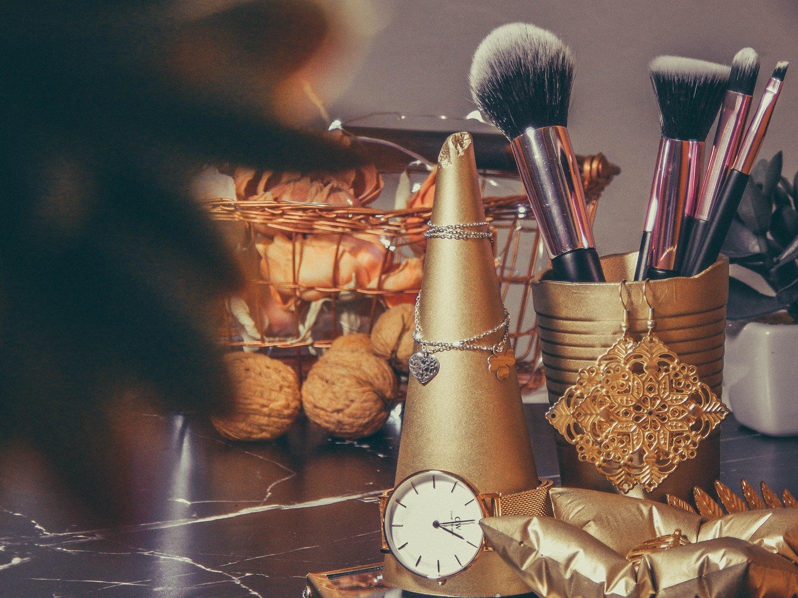 1 contit stylowe złote dodatki do wnętrz stojak na bizuterię jak przechowywać biżuterię nowoczesne dekoracje pomysł na prezent łódzkie upominki prezenty na gwiazdkę co kupić dziewczynie na urodziny, na święta