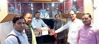 विद्यालय प्रबंधक समेत व्यवसाइयों ने मंदिर निर्माण के लियए दिये 1.35 लाख रुपये का चेक  | #NayaSaberaNetwork