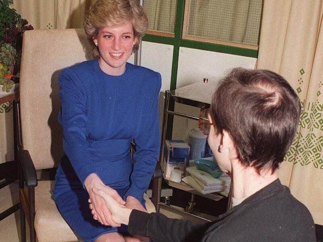 la princesa Diana estrechó la mano de un paciente infectado por el VIH