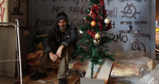 Το παράπονο του Χρήστου, του άστεγου της Σταδίου: «Ο δήμος μάζεψε το χριστουγεννιάτικο δέντρο μου»
