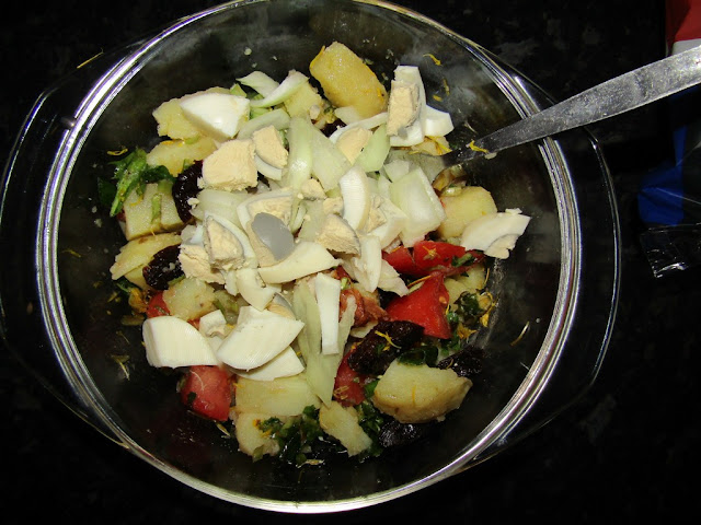 Salată de cartofi cu păpădie, prune și ouă - Rețetă fără gluten