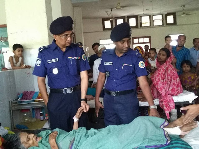 Barisal-Superintendent-of-Police-on-the-side-of-the-beggars-mother