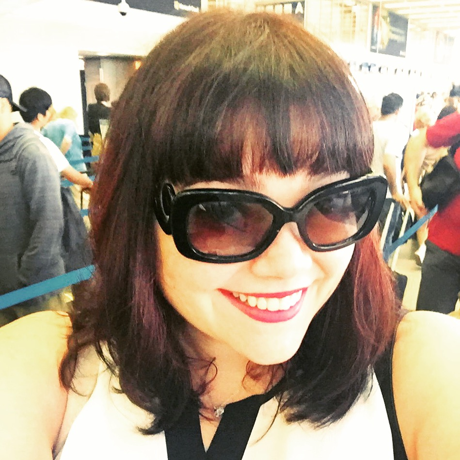 Plus Size Blogger Amber from Style Plus Curves at O'hare Airport in a Travel Outfit by Avenue Plus