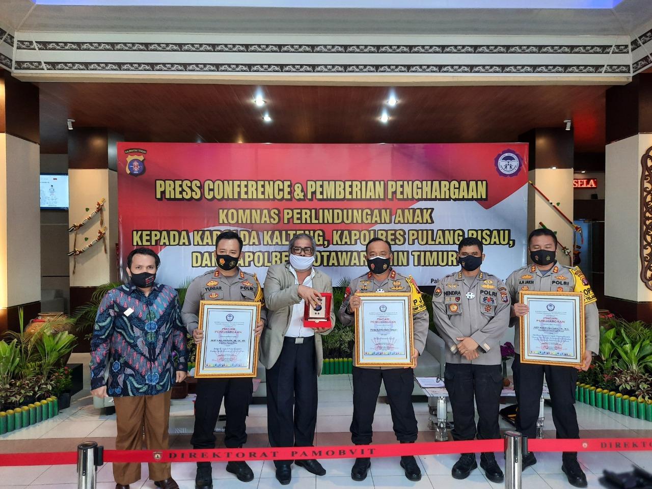Kapolres Kotawaringin Timur menerima penghargaan dari Komnas Perlindungan Anak