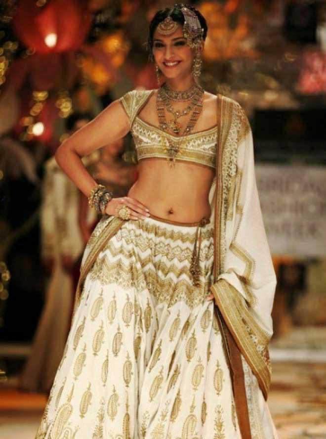 Sonam Kapoor Sexy Deep Navel
