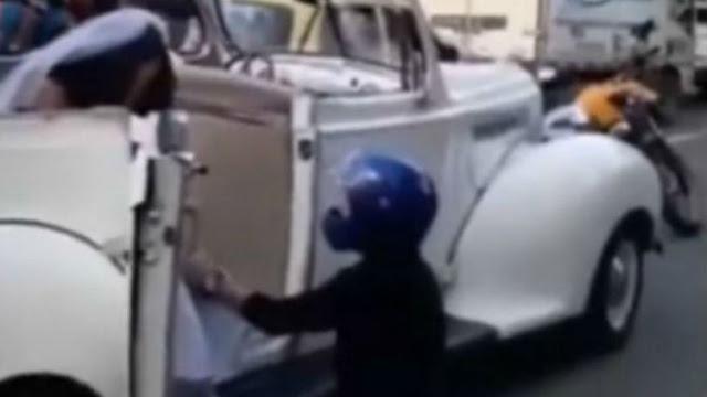 Μηχανόβιος σταμάτησε το γαμήλιο αμάξι της πρώην του για να μην παντρευτεί άλλον (video)