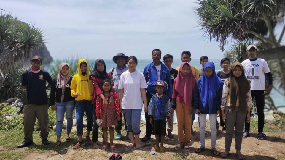 Bea Serendy (di tengah berbaju putih) saat bersihkan Pantai Krokoh bersama generasimuda Dukuh Putat, Yogyakarta.