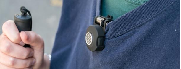 el dispositivo BuzzClip situado en el cuello de un chaleco