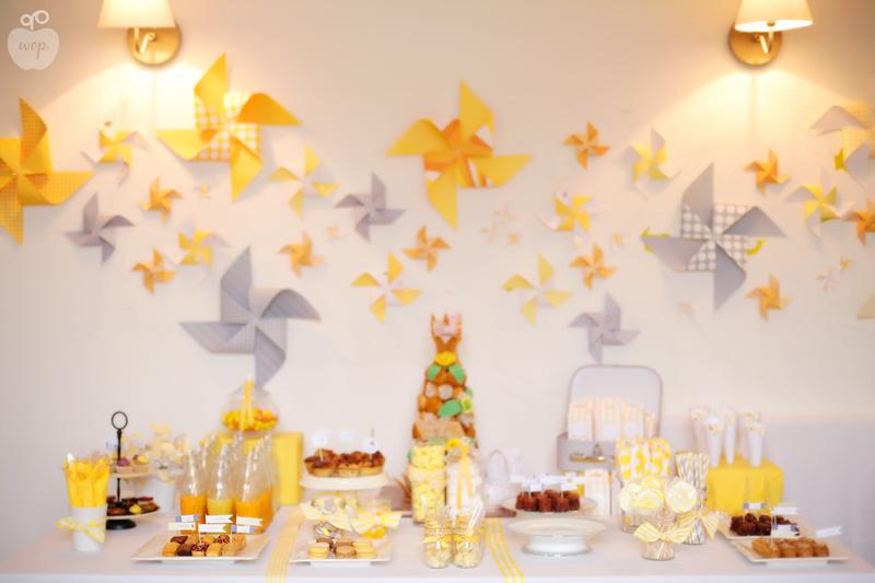 table gourmande aux couleurs jaunes et gris