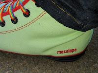 Je suis avec fierté la salope de ma dominatrice, comme c'est écrit sur ces chaussures.