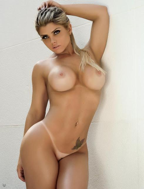 Caroline Felizardo  nua em foto de frente