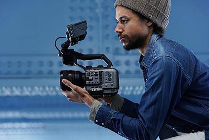 Видеооператор с камерой