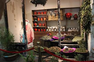 Tết Đoan Ngọ Không gian trưng bày cửa hàng thuốc thảo dược