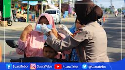 Srikandi Polres Tebo, Ajak Warga Gunakan Masker, Guna Menekan Angka Penyebaran Covid19 di Tebo