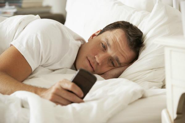 استعمال الهواتف الذكية قبل النوم خطير !