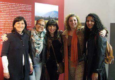 r mulheres em frente ao painel do museu dos Descobrimentos em Belmonte