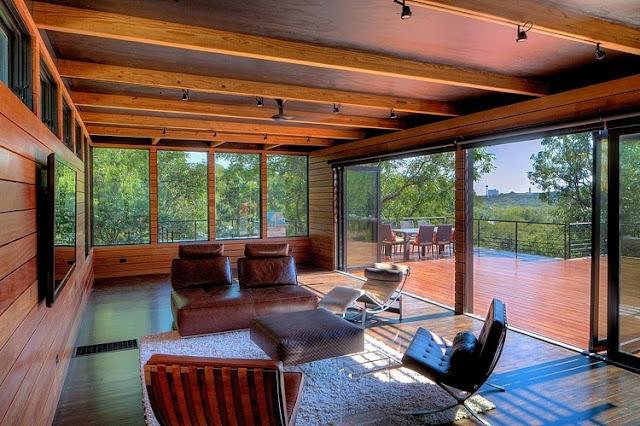 ตกแต่งห้องรับแขกเดียวผนังไม้และเพดานไม้
