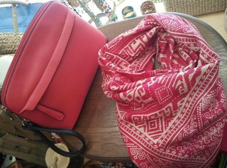 Bolso rosa con asa lateral y fular a juego.