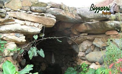 Construção de gruta de pedra de Nossa Senhora de Fatima, com pedra moledo, tipo chapão de pedra com a execução do paisagismo da gruta.