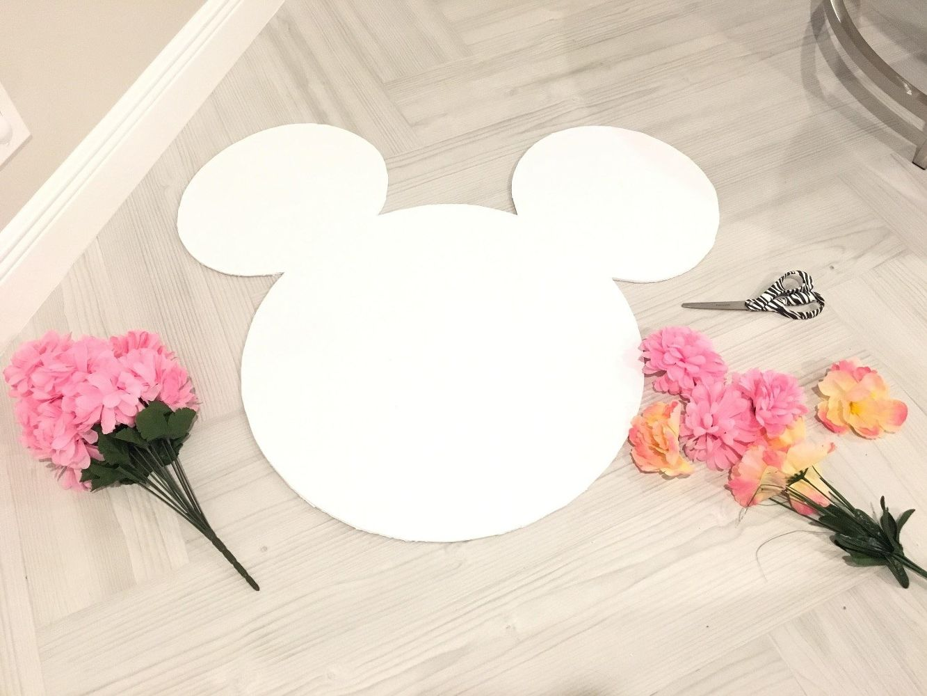 Beautiful DIY Minnie Mouse Flower Arrangement by popular Florida party planning blogger, The Celebration Stylist