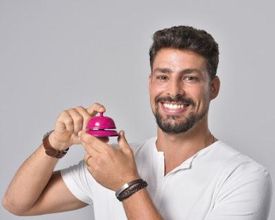 Cauã Reymond brinca de tocar a campainha na vinheta de fim de ano da Globo — Foto: Fábio Rocha/TV Globo