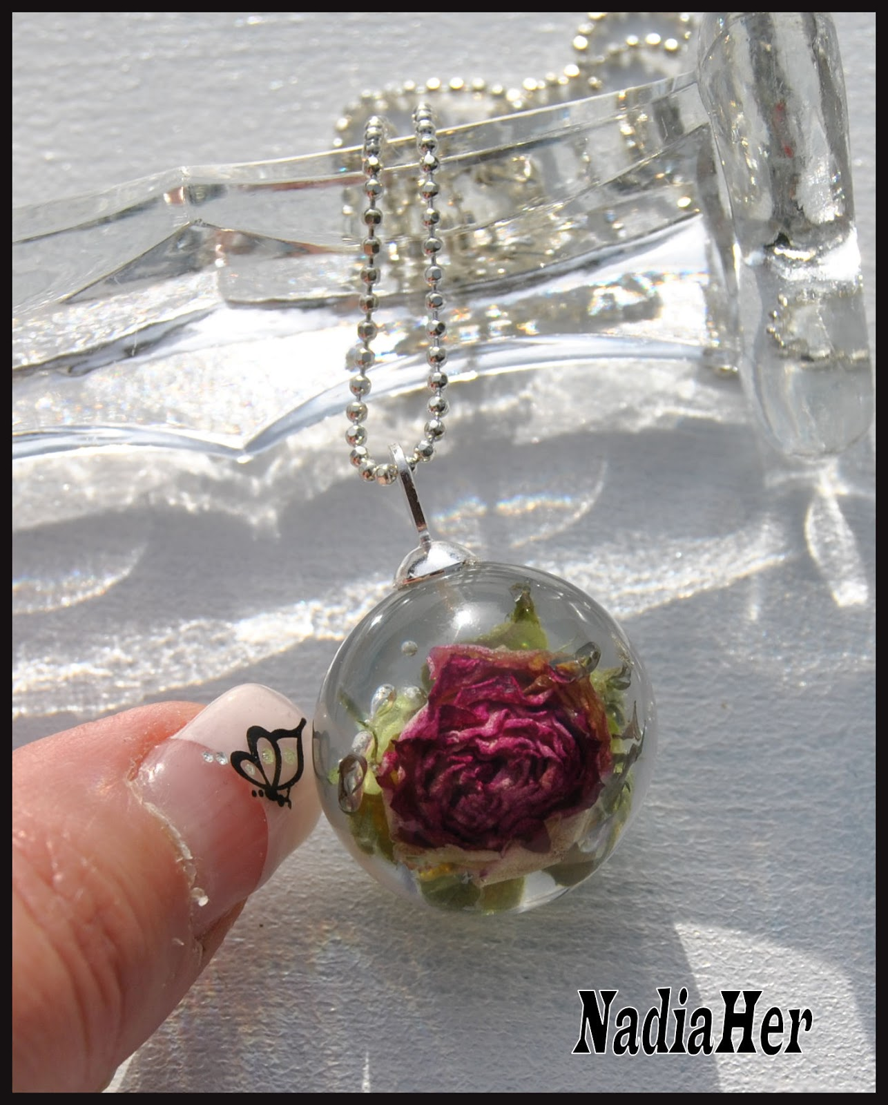 les bijoux de nadia boule de r sine inclusion de fleur. Black Bedroom Furniture Sets. Home Design Ideas