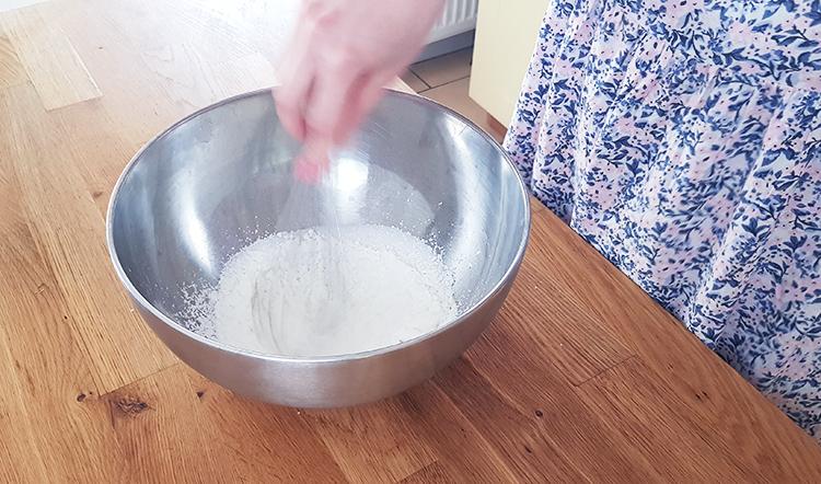 Crème pâtissière : mélange de la maïzena avec le sucre