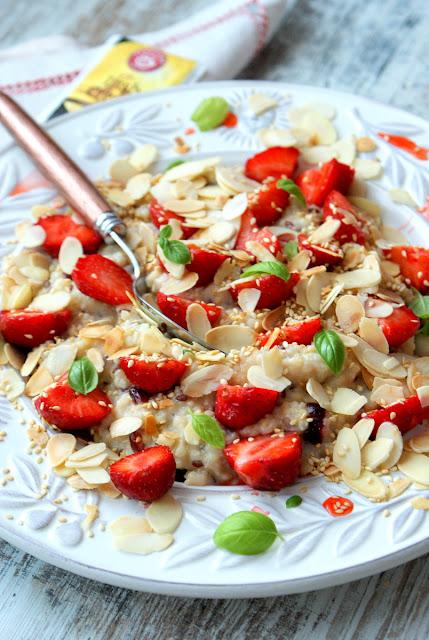 skworcu siemie lniane,skworcu kasza jaglana,skworcu suszona żurawina,skworcu miód spadziowy,skworcu płatki migdałów,truskawki,kasza jaglana z truskawkami,zdrowe śniadanie,