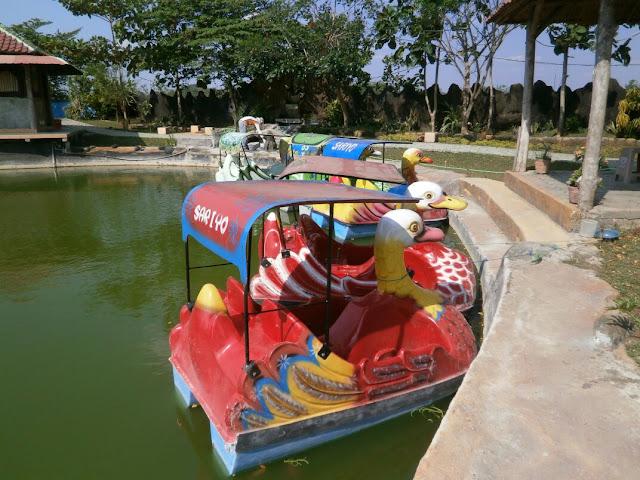 sepeda air di taman sariyo