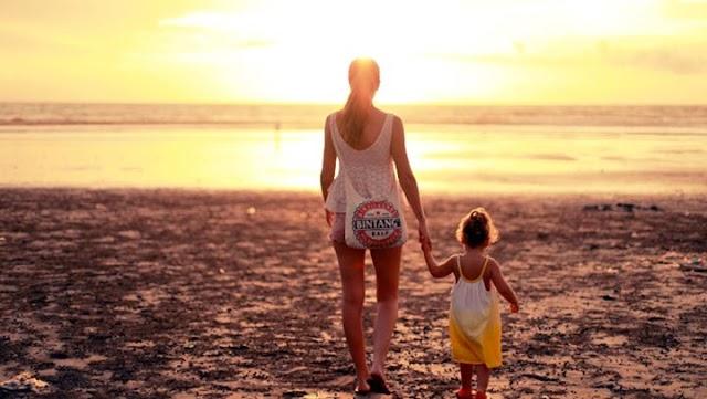 Τι πρέπει να έχουν οι γονείς στην τσάντα θαλάσσης;