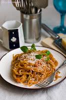 (Spaghetti w sosie pomidorowym z warzywami
