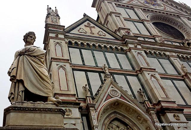 Estátua de Dante Alighieri em frente à Basílica de Santa Croce, Florença