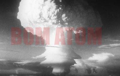 Ledakan bom atom di Jepang oleh Amerika Serikat tahun 1945.