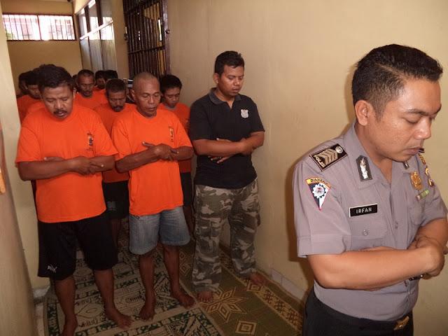 MUI Minta Polisi Tidak Larang Tahanan Muslim Shalat Gunakan Celana Panjang atau Kain Sarung