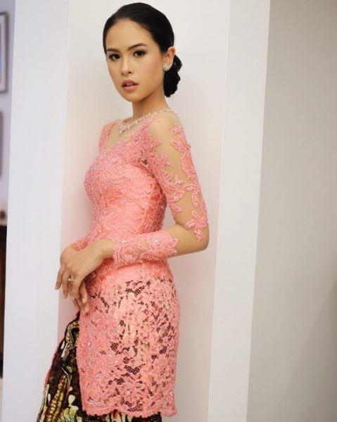 Model Baju Kebaya Maudy Ayunda Warna Pink Bawahn Batik Klasik Artis Cantik Indonesia