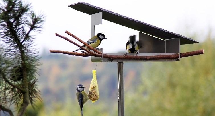 Puristisch gradlinig Vogelhaus für den Garten