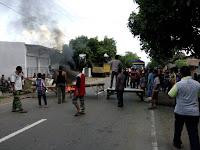 Blokir Jalan, Warga Tambe Minta Masdin Idris Dibebaskan