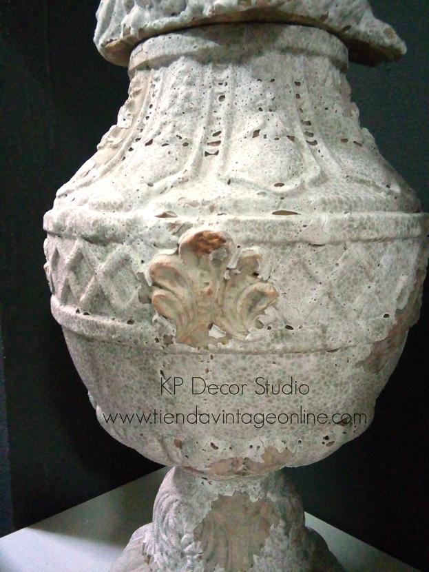 Tienda de antigüedades, jarrones antiguos de terracota, copas antiguas de arcilla. esculturas de barro cocido y arcilla