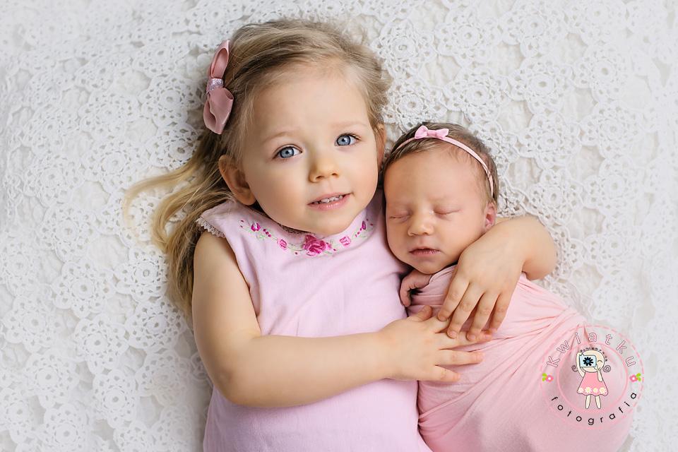 Trzylatka tuli noworodka