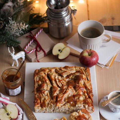Proste ciasto z jabłkami, karmelem i kokosem