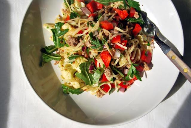 Nudelsalat mit Hackfleisch, Paprika, roter Zwiebel und Rucola