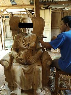 patung kayu bentuk asli realistis