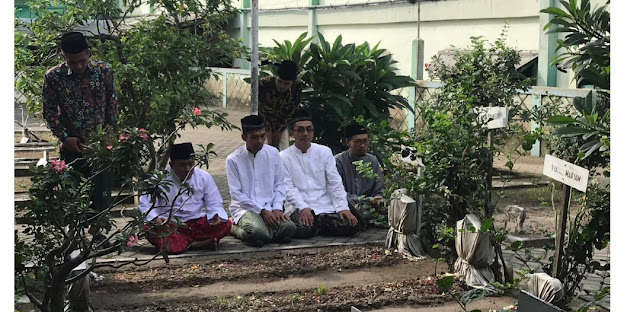 Syekh Abdul Shomad Ziarah Makam Kiai Bisri Syansuri Jombang