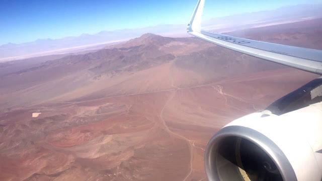 Avião sobrevoando o Deserto do Atacama