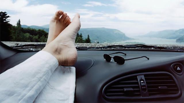 Bahaya Menyandarkan Kaki Di Atas Dasbor Mobil