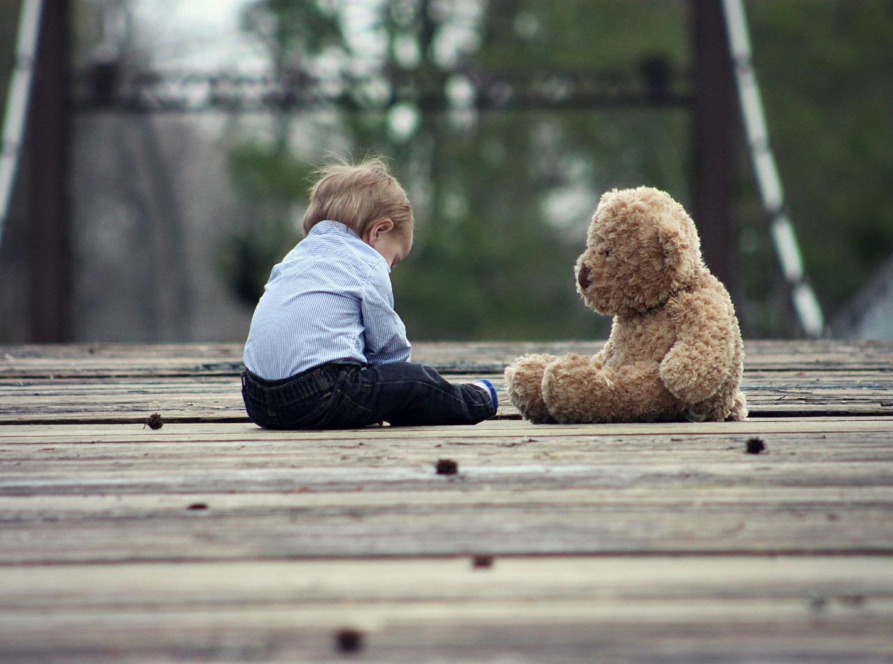Criança com um ursinho